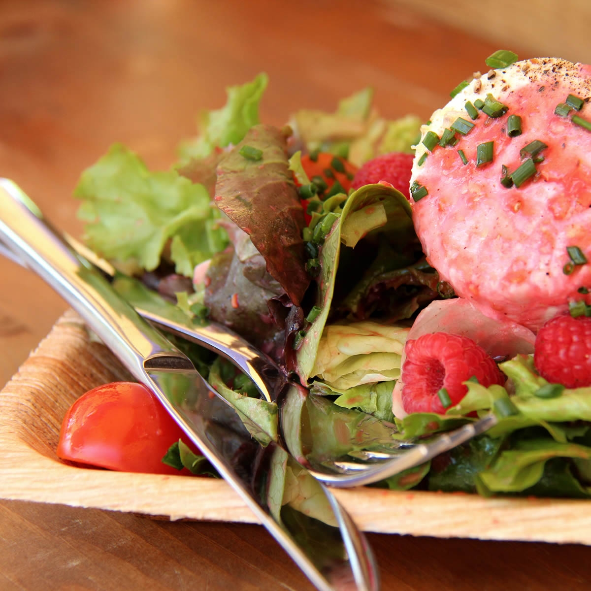 Blattsalat mit Tomaten, Himbeeren und frischen Kräutern