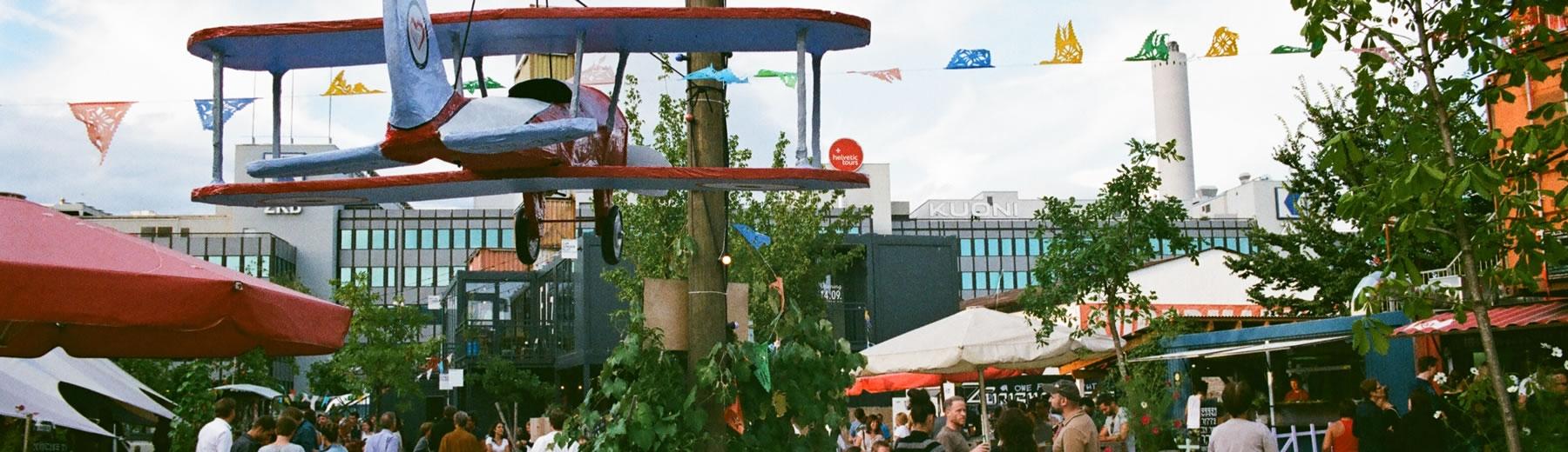 Sicht über die Foodstände im Gerolds Garten Zürich